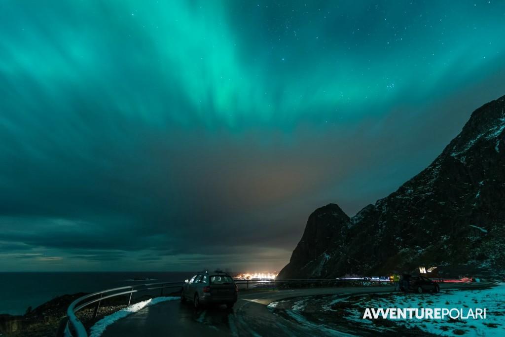 Questa è un'aurora boreale di fortissima intensità ma con cielo parzialmente coperto. Si riesce a vedere l'aurora grazie ad una piccola porzione di cielo con poche nuvole alte